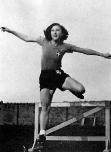 Ondina Valla durante un'esecuzione di salto in alto