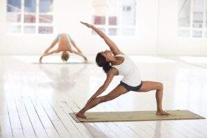 Ragazza che fa stretching yoga