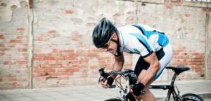 Ciclista sotto sforzo durante allenamento urbano
