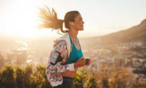 Ragazza che fa jogging al mattino
