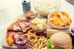 Cheat meal, pizza, anelli di cipolla, panini, patatine