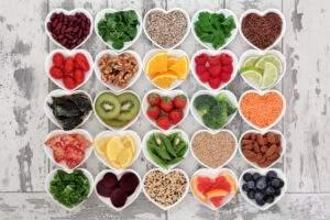 Piccoli contenitori a forma di cuore con frutta all'interno