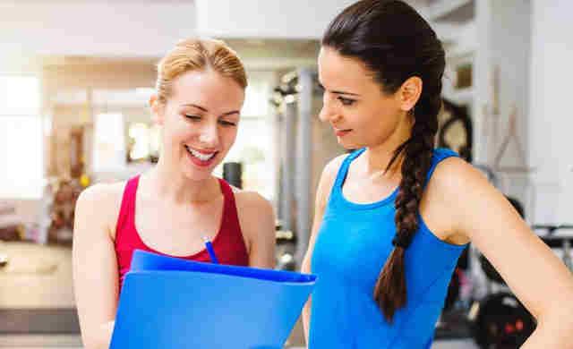 Ragazze che scelgono un esercizio da eseguire